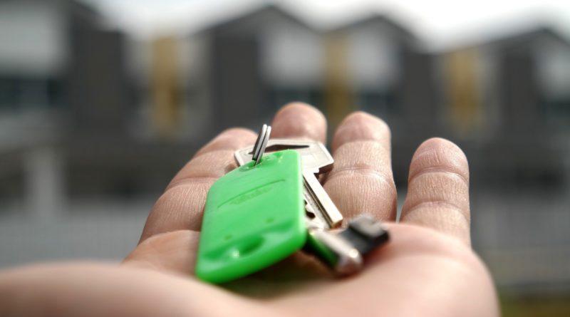 Clé d'appartement dans la main d'un agent immobilier