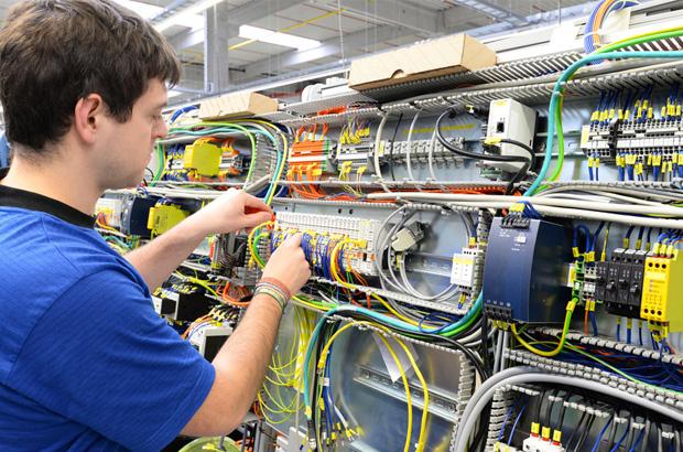Technicien travaillant en entreprise d'automatisme dans le 77