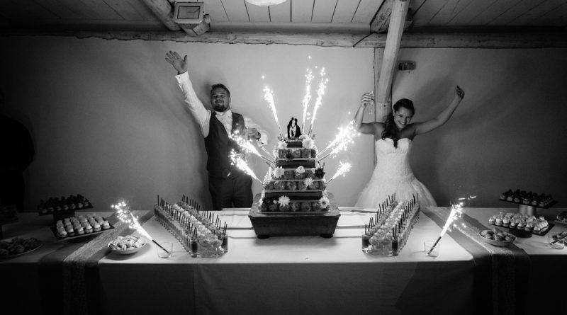 Pièce montée le soir avec les chalumeaux et les mariés qui font la fête avec leurs invités